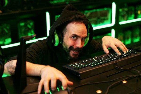 Ο φανατικός gamer Πάνος Μουζουράκης στο Razer store του Public!