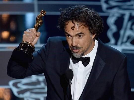 Ο Αλεχάντρο Γκονζάλες Ινιάριτου με το βραβείο σκηνοθεσίας για το Birdman