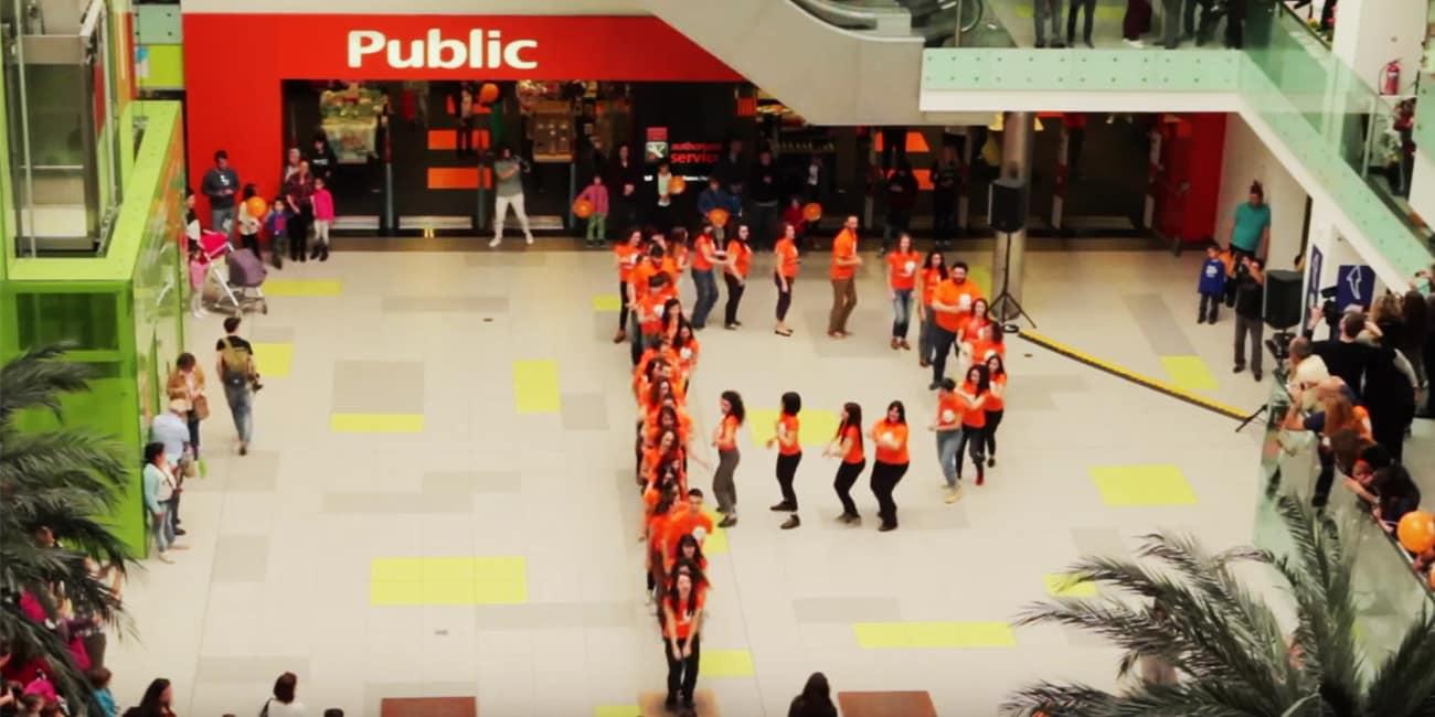 50 χορευτές σκόρπισαν χαμόγελα στα Public στο Athens Metro Mall!