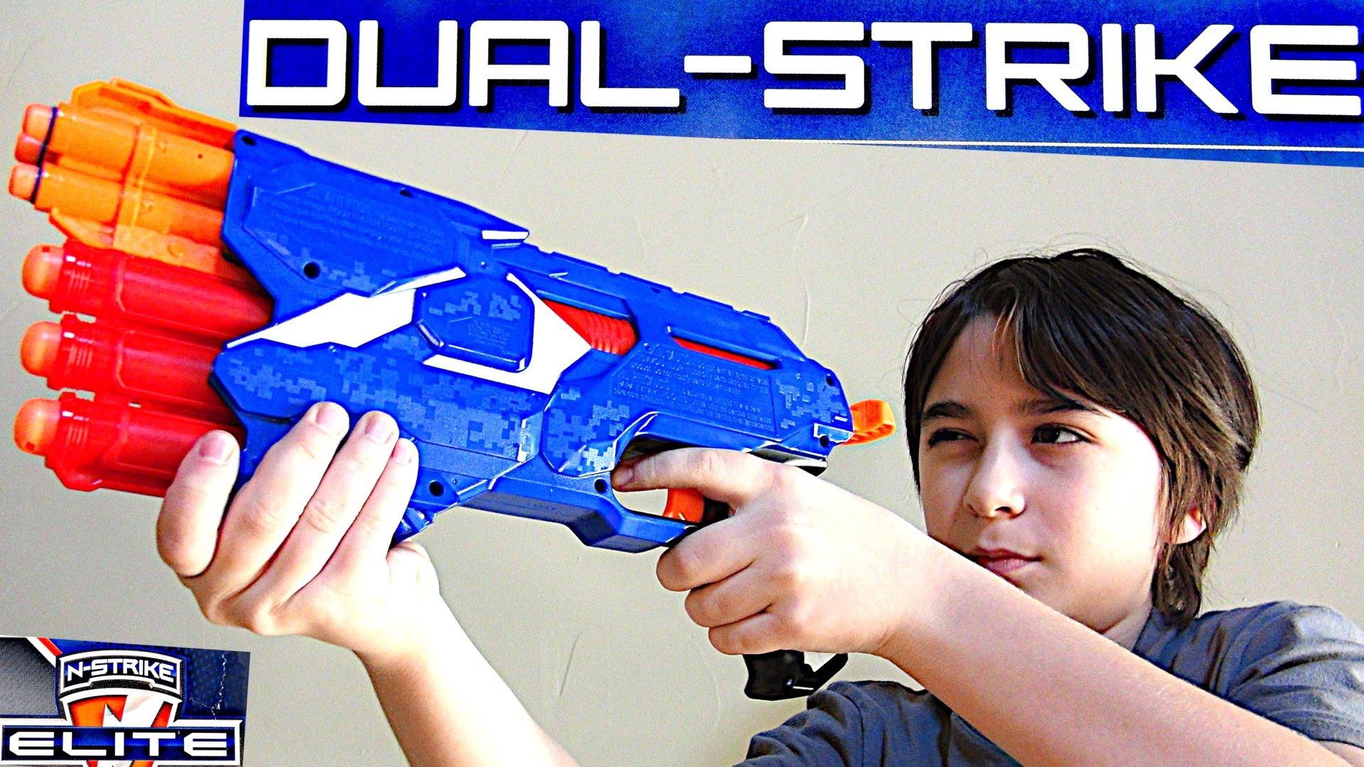 Ζήσε την εμπειρία δράσης Nerf και παίξε με το νέο Nerf Dual Strike που εκτοξεύει 2 είδη βελών!