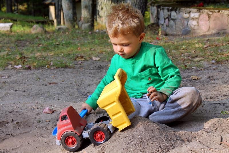Το απορριματοφόρο της Green Toys είναι το ιδανικό παιχνίδι για την παραλία!