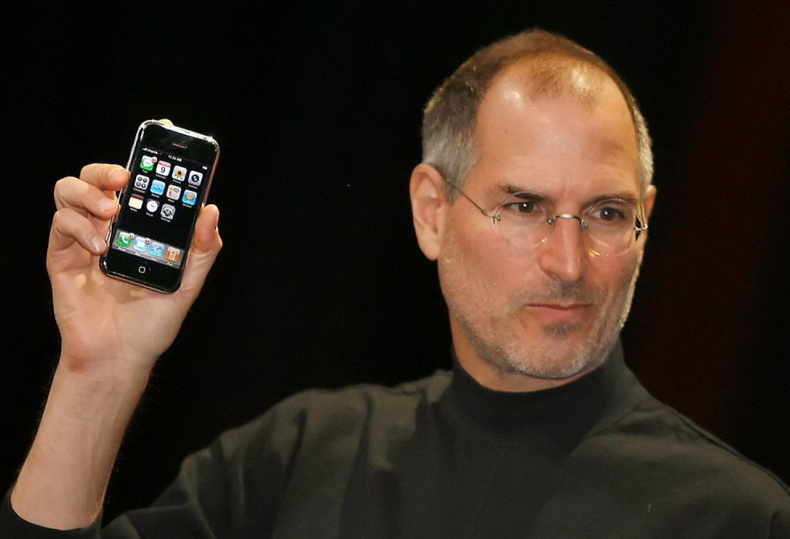 steve-jobs-iphone-2007_rs