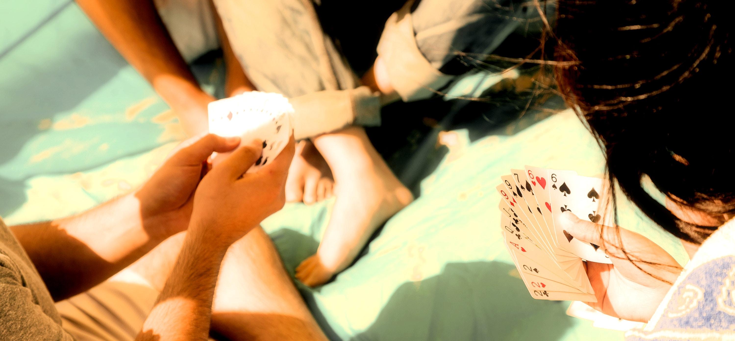 Fun in the sun: 10 επιτραπέζια που χωράνε άνετα στη βαλίτσα των διακοπών
