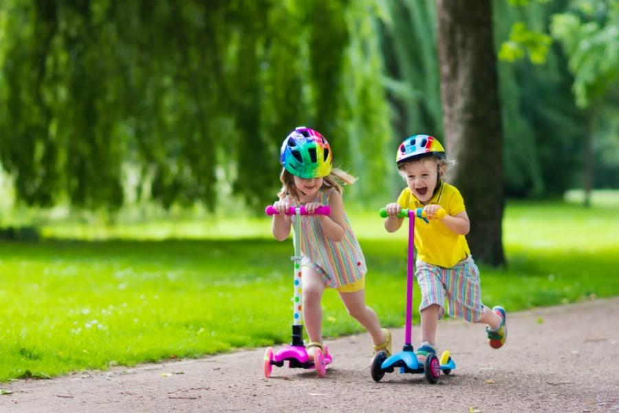 Με πατίνια και scooter: Παιχνίδι σαν άλλοτε!
