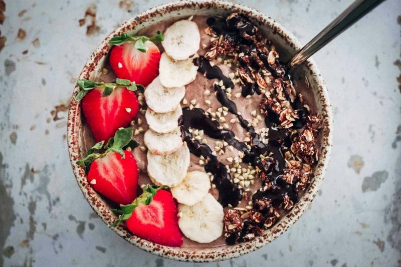 Smoothie bowls: φρούτο για φρούτο δεν θα μείνει!