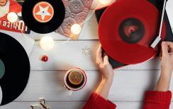 Χριστούγεννα με βινύλιο: Διαλεγμένες μουσικές για «πολύχρωμες» γιορτές
